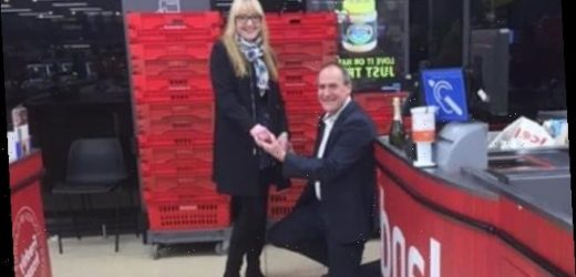 Lover proposed to his girlfriend by the checkouts in Iceland