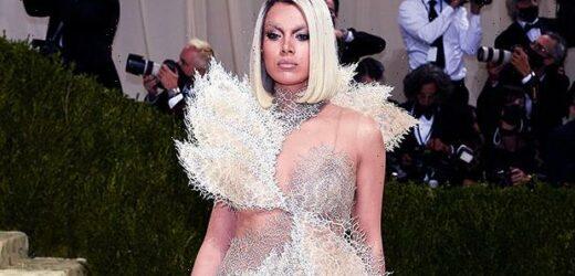 Hailee Steinfeld Goes Blonde & Shows Full Leg In Tinkerbell-Inspired Mini Dress At The Met Gala