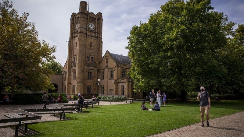 Less work, lower pay: Victorian graduates pay price for pandemic
